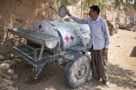 آقا سعدالله از اهالی روستای گامره،میگوید این تانکر آب ماه هاست که خالی و بدون استفاده در حیات خانه اش افتاده.