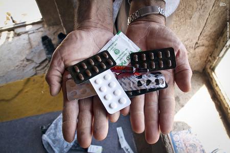 آقا سعدالله از اهالی روستای گامره، بدلیل نوشیدن آب های آلوده مبتلا به بیماری سنگ کلیه شده و روزانه مقدار زیادی دارو اسفاده میکند و برای درمان کاملش هیچ پولی ندارد.
