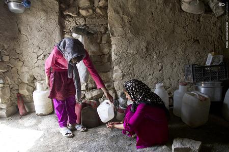 کودکان روستا ارزش قطره قطره آب را دیگر میدانند و در مصرف آن به خوبی صرفه جویی میکنند.