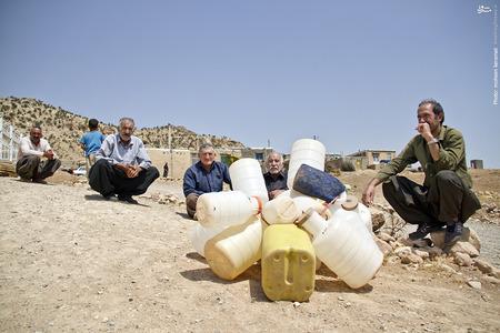 انتظار مردم روستا برای دریافت سهمیه آب هفتگی