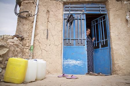 آماده شدن مردم روستا برای دریافت سهمیه هفتگی آب