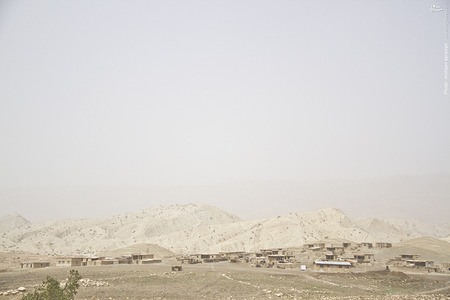گاهی، غبارهای محلی هم به مشکلات مردمان این منطقه اضافه میشود.