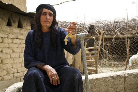 بی بی خانم از اهالی روستای تیامین میگوید هفته هاست که دیگر آبی از این شیر سرآزیر نمیشود.