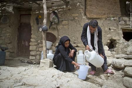 مردم روستا چاره ای جز استفاده از آب آلوده چشمه برای مصرف آشامیدن و شستشو ندارند.