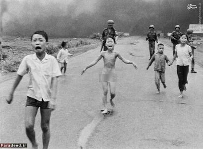 <br /><br />  پس از آنکه بمب ناپالم به دهی در جنوب ویتنام اصابت کرد، اطفال ترسیده و فرار می کنند. این عکس افکار عمومی را بیشتر علیه جنگ ویتنام کرد و