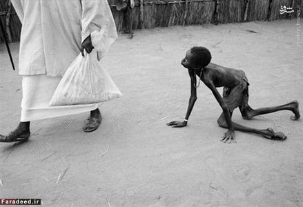 عکس مشهور به دزد غذا در سال 1998؛ این عکس توسط یک عکاس انگلیسی در کمپ گرسنگان آفریقا گرفته شده است.