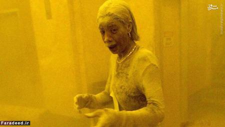 زن خاک آلود پس از حمله به برج های دوقلوی امریکا؛