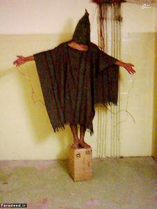 تصاویری از شکنجه زندانیان در زندان ابوغریب که افشای آن موجی از اعتراض به سیاستهای امریکا را در پی داشت.