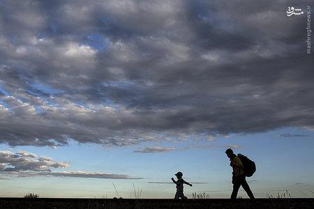 مهاجر سوری و کودکش در روستایی در مجارستان