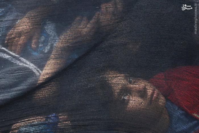 استراحت دختر مهاجر نزدیک مرزهای «صربستان»