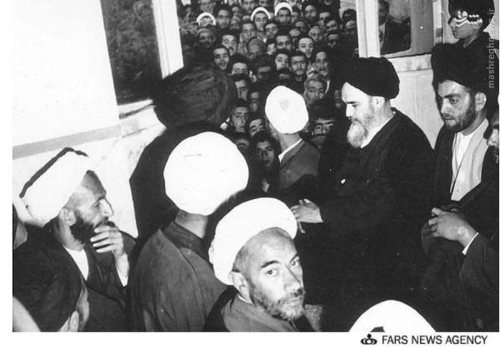 آیت الله ابوالقاسم خزعلی درکنار امام خمینی پس از آزادی ایشان از حبس و حصر 1343