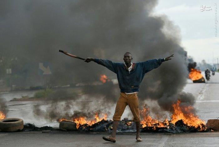 معترضان «بورکینافاسو» در جریان آشوب های این کشور لاستیک به آتش کشیدند (AFP)