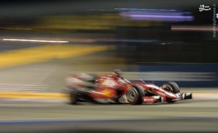 برگزاری مرحله تمرینی مسابقات اتوموبیلرانی فرمول یک در «سنگاپور» (AFP)
