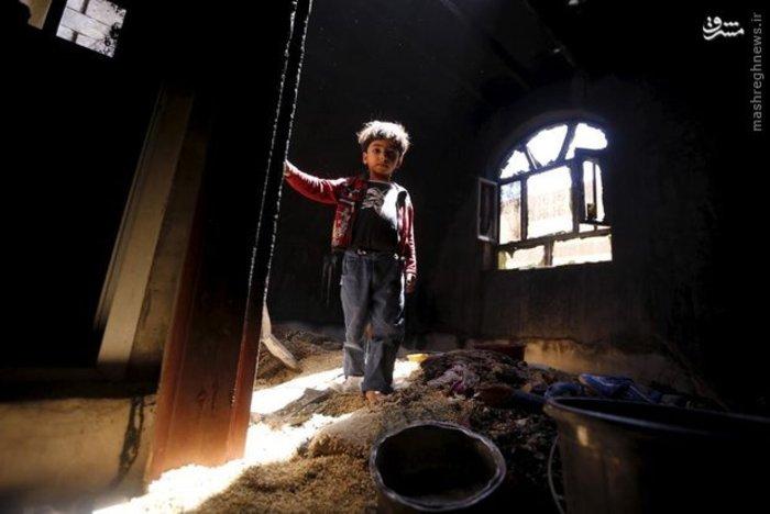 پسر بچه یمنی در خانه آسیب دیده از حملات هوایی عربستان (Reuters)