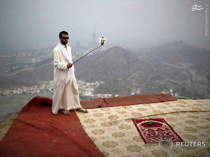 یک مرد در ارتفاعات شهر مکه سلفی میگیرد (Reuters)
