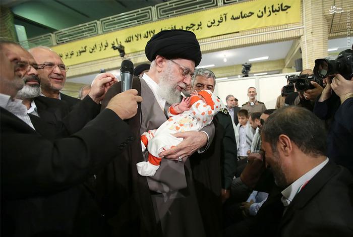 اذان گفتن رهبر انقلاب در گوش نوزاد یک جانباز