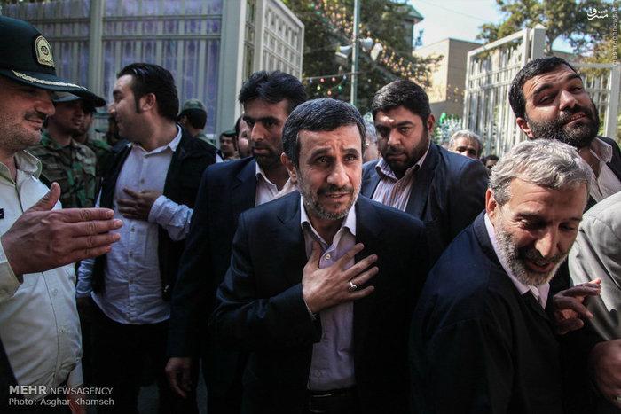 احمدی نژاد در مراسم ترحیم مرحوم مرتضی اشتری پدر سردار حسین اشتری فرمانده نیروی انتظامی