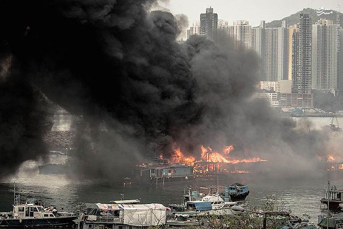 شدت باد زیاد در بندر شاوکی وان هنگ کنگ،آتش سوزی شبانه یک قایق ماهیگیری کوچک را به دیگر قایق ها و کشتی های در این بندر سرایت داد تا این به حادثه ای بزرگ تبدیل شود