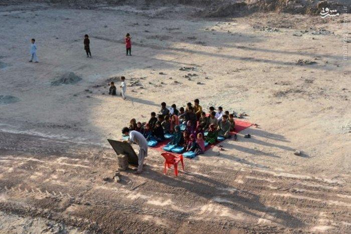 کلاس درس دانش آموزان محروم افغانی در حومه جلال آباد