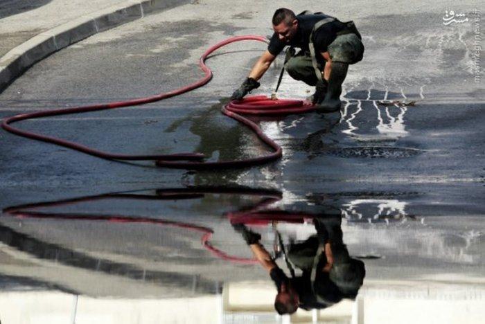 آتش نشانان فرانسوی آب خیابان ها را بعد از سیل شهر «آنتی بس» جمع میکنند