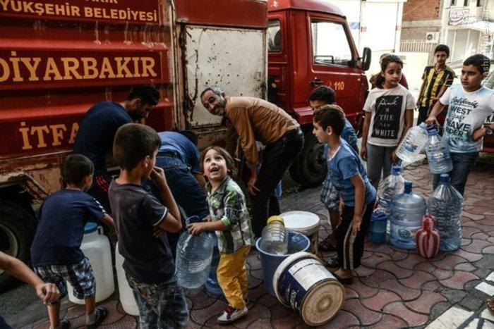 مردم ترکیه از ماشین آتش نشانی آب آشامیدنی دریافت میکنند