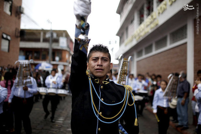 رژه گارد گواتمالا هنگام مراسم تشییع جنازه قربانیان رانش زمین