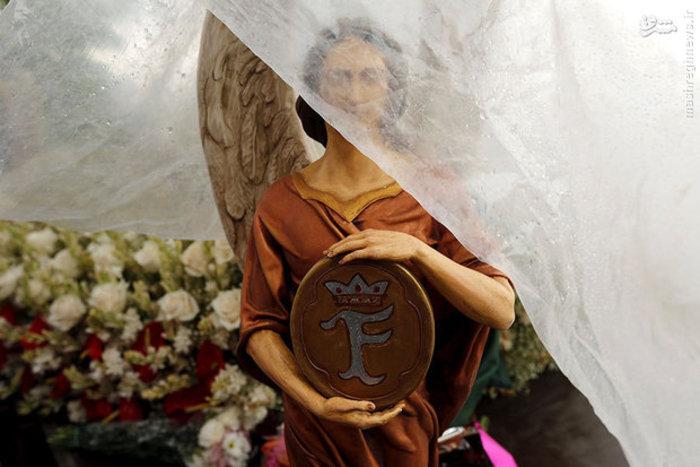پوشاندن مجسمه مشهور فرشته در هوای بارانی اسپانیا