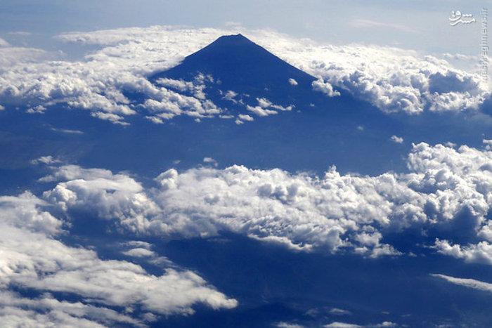 نمای هوایی کوه فوجی ژاپن از داخل هواپیما