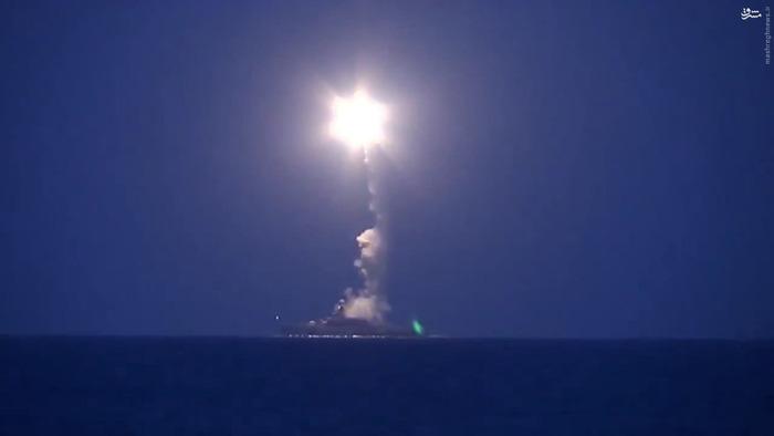 لحظه شلیک موشکهای روسی به سمت داعش