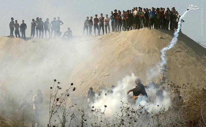 مردم معترض فلسطینی گازهای اشک آور را به سمت نیروهای اشغالگر باز میگردانند