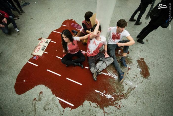 معترضان انگلیسی با لباس های آغشته به خون مصنوعی خواستار باز کردن مرزها برای ورود مهاجران شدند