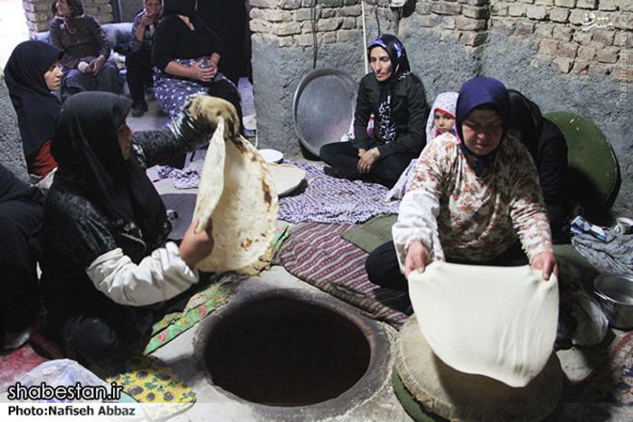 هرساله از روز چهارم تا روز دهم محرم زنان اهل کرهرود استان مرکزی ، با نام و یاد سرور و سالار شهیدان،نان نذری می پزند