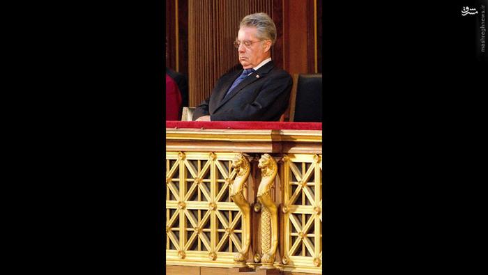 هاینز فیشر، رییسجمهور اتریش، در مراسم یادبودی علیه خشونت و نژادپرستی که در می 2012 در پارلمان اتریش برگزار شد، در حال ذخیرۀ انرژی بود.