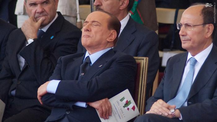 سیلویو برلوسکونی، نخستوزیر سابق ایتالیا، در جریان رژۀ 150امین سالگرد اتحاد ایتالیا در رم در ژوئن 2011 چرت زد.