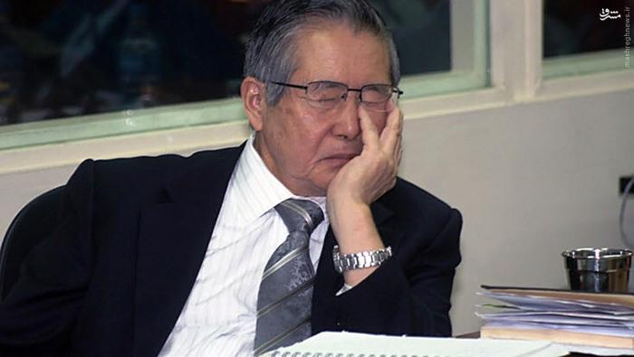 آلبرتو فوجیموری، رییس جمهور سابق پرو، در جریان دادگاهی در لیما که به اتهام نقض حقوق بشر از سوی او رسیدگی میکرد چرت میزد؛ می 2008