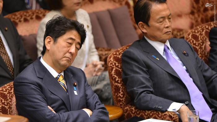 شینزو آبه، نخست وزیر ژاپن و تارو آسو، وزیر اقتصاد، به سوالی که یکی از نمایندگان مخالف در یک جلسۀ مربوط به بودجه مطرح میکند،