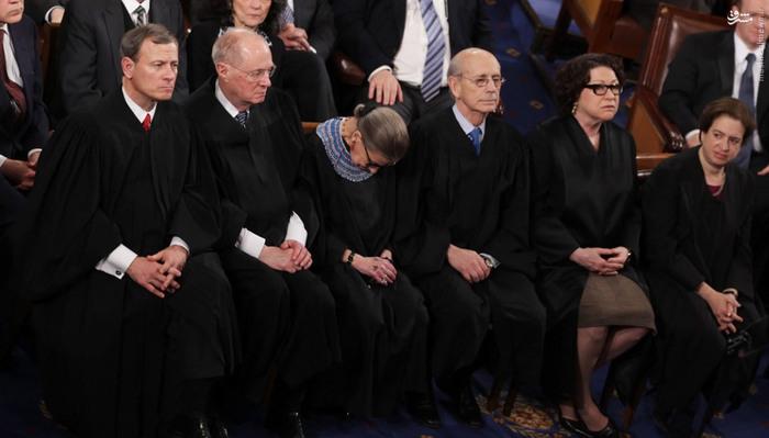 روث بادر گینزبرگ، قاضی دادگاه عالی، در جریان سخنرانی سالانۀ باراک اوباما در ژانویۀ 2015 چرت زد. خانم گینزبرگ دلیل چرت زدنش را شرابی که همراه با شام پیش از سخنرانی نوشیده بود، عنوان کرد.