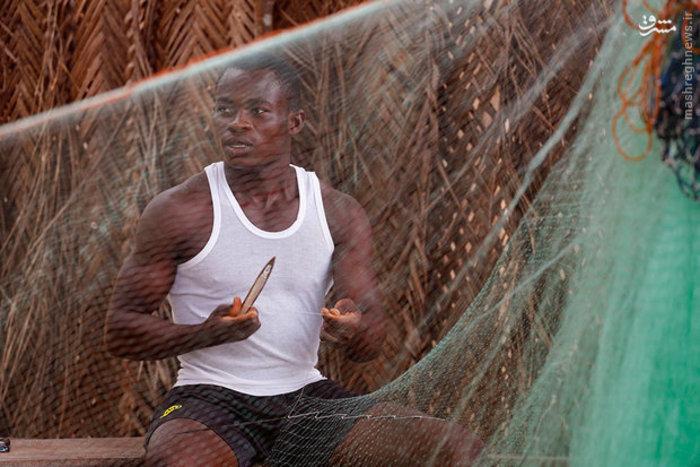 تعمیر تورهای ماهیگیری در «ساحل عاج»