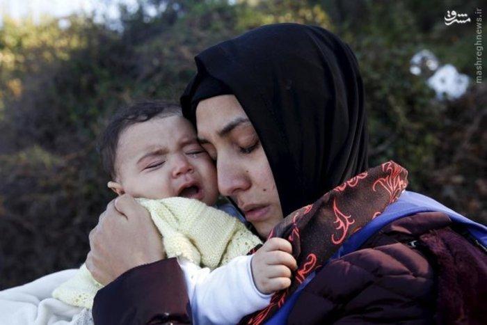 زن مهاجر سوری پس از رسیدن به جزیره «لسبوس» یونان