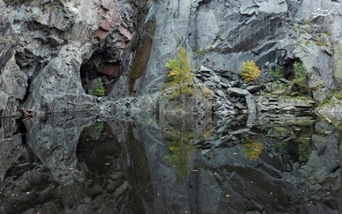 با انعکاس عکس صخره ها روی آب تصویر یک جمجمه ساخته شده است