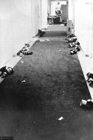 فضای داخلی سفارت و ماسکهایی که روی زمین افتاده است.