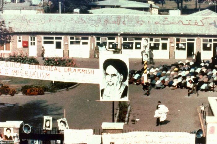 نماز جماعت تسخیرکنندگان درون سفارت