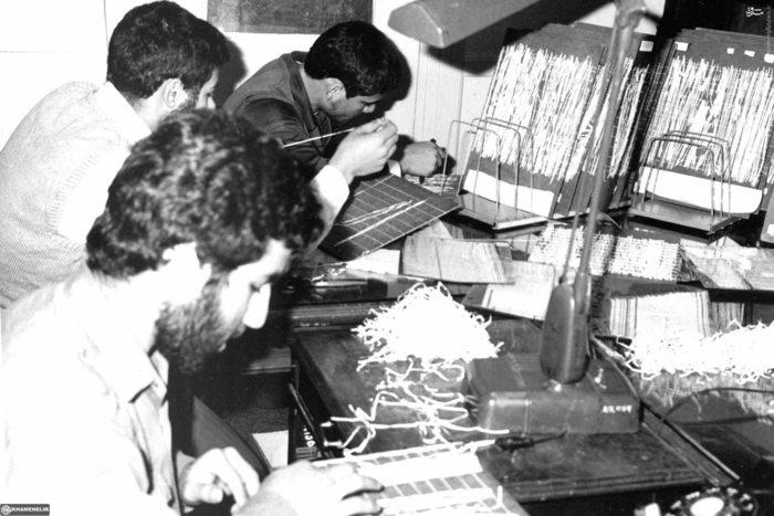 دانشجویان پیرو خط امام در حال بازسازی اسناد لانه جاسوسی