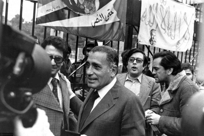 تصویری از حسنین هیکل روزنامهنگار مصری در جلوی سفارت اشغال شده امریکا