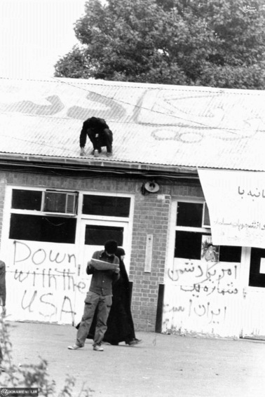 شعار مرگ بر آمریکا بر دیوارهای لانه جاسوسی