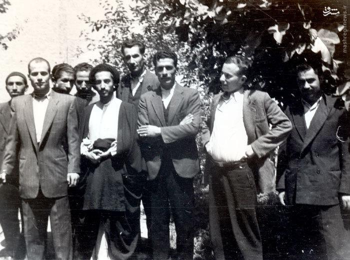 شهید سید حسین امامی در کنار شهید سید مجتبی نواب صفوی و برخی دوستانش در منزل آیت الله کاشانی