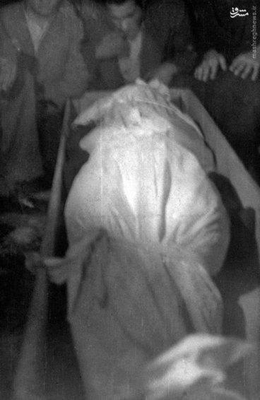 پیکر شهید سید حسین امامی پیش از دفن در گورستان ابن بابویه تهران
