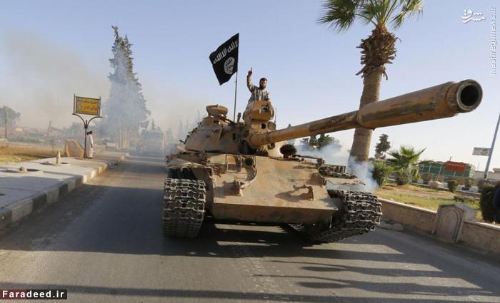 یک عضو داعش سوار بر تانک وارد
