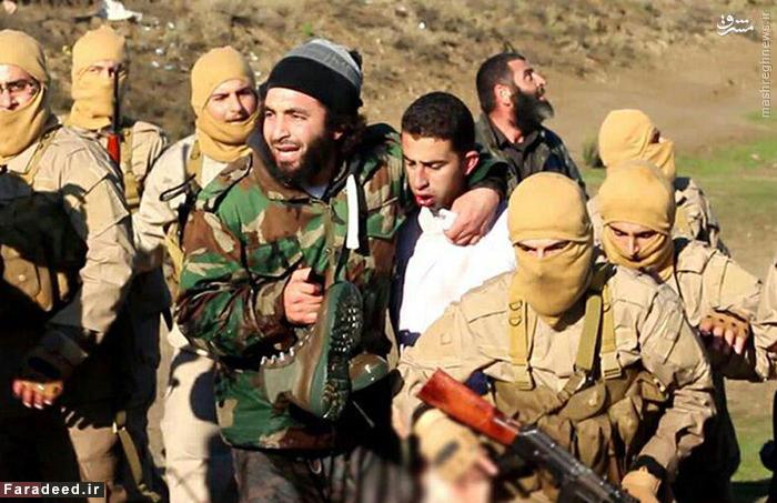 تروریست های داعش پس از دستگیری خلبان اردنی؛ وی چندی پس از این عکس به شکل فجیعی کشته شد.