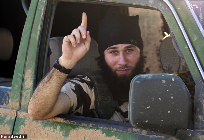 سرباز داعشی پس از تصرف عین العرب علامت داعش را نشان می دهد.